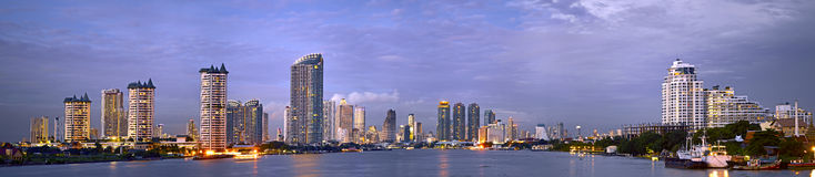 Opinión panorámica de la noche de Bangkok moderna Fotografía de archivo libre de regalías