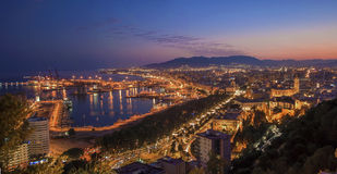 Opinión panorámica de la noche de la ciudad de Málaga, España Fotos de archivo libres de regalías