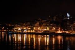Opinión panorámica de la noche del centro de ciudad de Oporto y del río del Duero con las reflexiones de las luces en el agua Fotografía de archivo libre de regalías