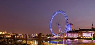 Opinión panorámica de la noche del ojo de Londres Fotos de archivo