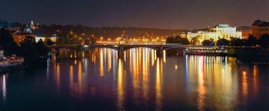 Opinión panorámica de la noche del río y de las melenas de Moldava Imagen de archivo libre de regalías