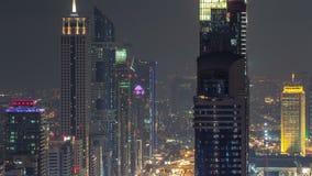 Opinión panorámica de la noche de Dubai de las torres modernas céntricas del timelapse del top en Dubai, United Arab Emirates almacen de metraje de vídeo