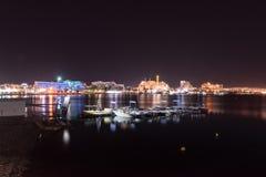 Opinión panorámica de la noche sobre la playa pública central de Eilat foto de archivo