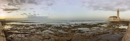 Opinión panorámica de la orilla del mar de la puesta del sol grande Mosquee Hassan II en Casablanca Fotos de archivo