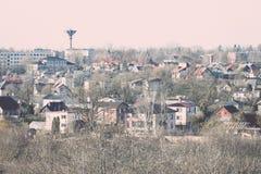 Opinión panorámica de la pequeña ciudad desde arriba en el otoño vendimia Fotos de archivo libres de regalías