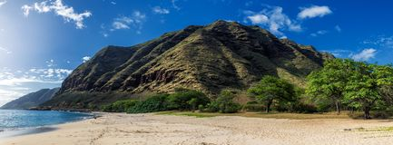 Opinión panorámica de la playa de Makua con las montañas hermosas y el cielo nublado en el fondo imagen de archivo libre de regalías