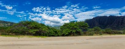 Opinión panorámica de la playa de Makua con las montañas hermosas y el cielo nublado en el fondo, isla de Oahu fotos de archivo