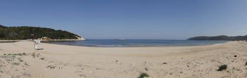 Opinión panorámica de la playa vacía Fotos de archivo