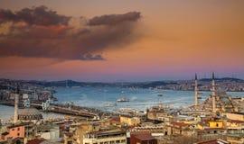 Opinión panorámica de la puesta del sol de Estambul Imagen de archivo