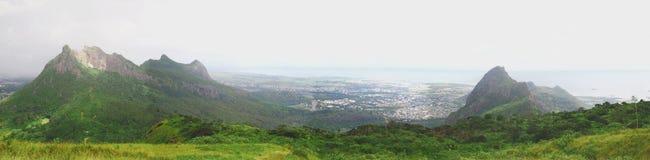 Opinión panorámica de las montañas poderosas Fotos de archivo libres de regalías