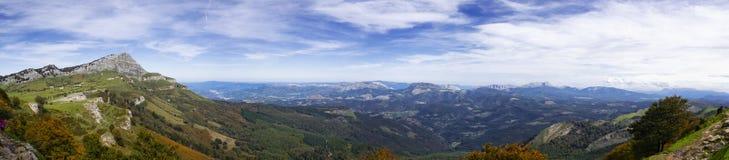 Opinión panorámica de las montañas vascas foto de archivo libre de regalías
