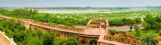 Opinión panorámica de los terraplenes del fuerte de Agra Imagen de archivo