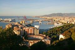 Opinión panorámica de Málaga, España con los trazadores de líneas de la travesía Foto de archivo