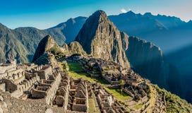 Opinión panorámica de Machu Picchu en la salida del sol Imagenes de archivo