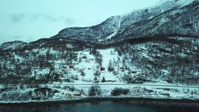 Opinión panorámica del abejón aéreo del fiordo, del bosque y de las montañas Noruega almacen de video