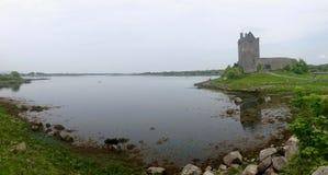 Opinión panorámica del castillo de Dunguaire imagen de archivo libre de regalías