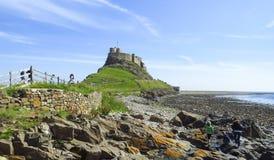 Opinión panorámica del castillo de Lindisfarne, con el cielo azul en un día soleado, isla santa, Northumberland fotos de archivo libres de regalías