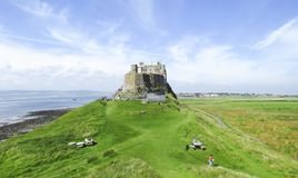 Opinión panorámica del castillo de Lindisfarne, isla santa, Northumberland imágenes de archivo libres de regalías