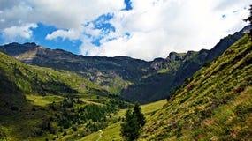 Opinión panorámica del hueco de la montaña - montañas italianas Imagen de archivo libre de regalías