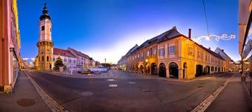 Opinión panorámica del mún de Radkersburg de la plaza principal advenimiento de la tarde Fotos de archivo