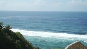 Opinión panorámica del mar en el día soleado del verano en el centro turístico de Indonesia Ungasan Clifftop metrajes
