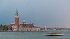 Opinión panorámica del mar del timelapse de la isla de San Giorgio Maggiore en Venecia, Italia almacen de video