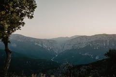 Opinión panorámica del paisaje de la montaña en la oscuridad, con mountai acodado imagen de archivo libre de regalías
