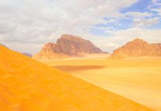 Opinión panorámica del paisaje, desierto de Wadi Rum, Jordania Foto de archivo libre de regalías
