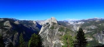 Opinión panorámica del parque de Yosemite Natonal fotografía de archivo libre de regalías
