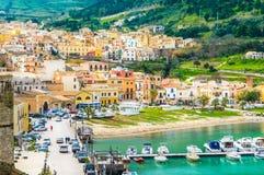Opinión panorámica del pueblo de Castellammare del Golfo, Trapan, Sicilia Fotos de archivo