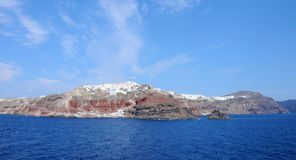 Opinión panorámica del pueblo de Santorini Oia de un barco de cruceros Fotografía de archivo libre de regalías