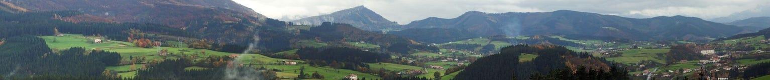 Opinión panorámica del valle vasco del país Imagen de archivo libre de regalías