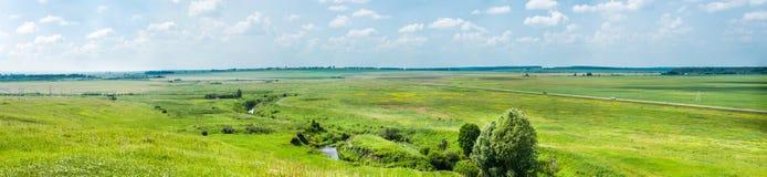 Opinión panorámica del verano maravilloso de campos y de la autopista Foto de archivo