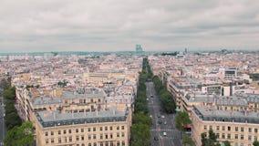 Opinión panorámica desde arriba, sobre los tejados del distrito viejo y del distrito de Montmartre de París, cámara lenta de Fran almacen de metraje de vídeo