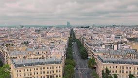 Opinión panorámica desde arriba, sobre los tejados del distrito viejo y del distrito de Montmartre de París, cámara lenta de Fran metrajes