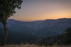 Opinión panorámica durante una puesta del sol hermosa, ingenio del paisaje de la montaña imágenes de archivo libres de regalías