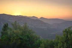 Opinión panorámica durante una puesta del sol hermosa, ingenio del paisaje de la montaña foto de archivo libre de regalías