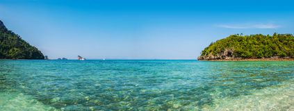 Opinión panorámica el agua y el borrachín Ko Kai Island en Tailandia imagenes de archivo
