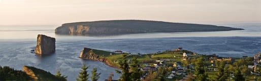 Opinión panorámica el pueblo y Perce Rock, Quebec de Perce imágenes de archivo libres de regalías
