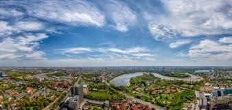 Opinión panorámica en tiempo del sumer, visión aérea de Bucarest fotografía de archivo