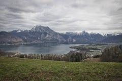 Opinión panorámica escénica sobre el lago Traunsee con Alp Mountains fotos de archivo libres de regalías