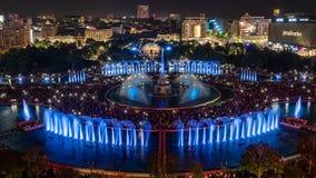 Opinión panorámica 2018 fuente cuadrada central de Unirii de la ciudad de Bucarest de la nueva y horizonte de la ciudad de la noc fotos de archivo