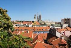 Opinión panorámica grande sobre la ciudad vieja de Zagreb imagenes de archivo