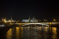 Opinión panorámica imponente de la noche de Moscú en el Kremlin, Rusia Foto de archivo