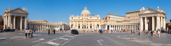 Opinión panorámica la Ciudad del Vaticano y el santo Peter Basilica en Roma Imagen de archivo libre de regalías