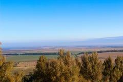Opinión panorámica maravillosa del paisaje sobre de colinas foto de archivo
