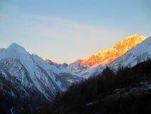 Opinión panorámica Mont Blanc de la salida del sol del invierno Imagen de archivo libre de regalías