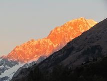 Opinión panorámica Mont Blanc de la salida del sol del invierno de la nieve de las montañas de las montañas Imagen de archivo libre de regalías