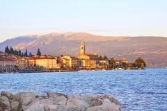 Opinión panorámica Salo Garda Lake, Italia Imagenes de archivo