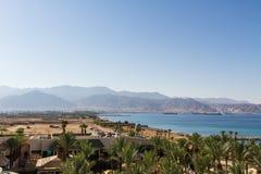 Opinión panorámica sobre Aqaba de la playa central de Eilat imágenes de archivo libres de regalías